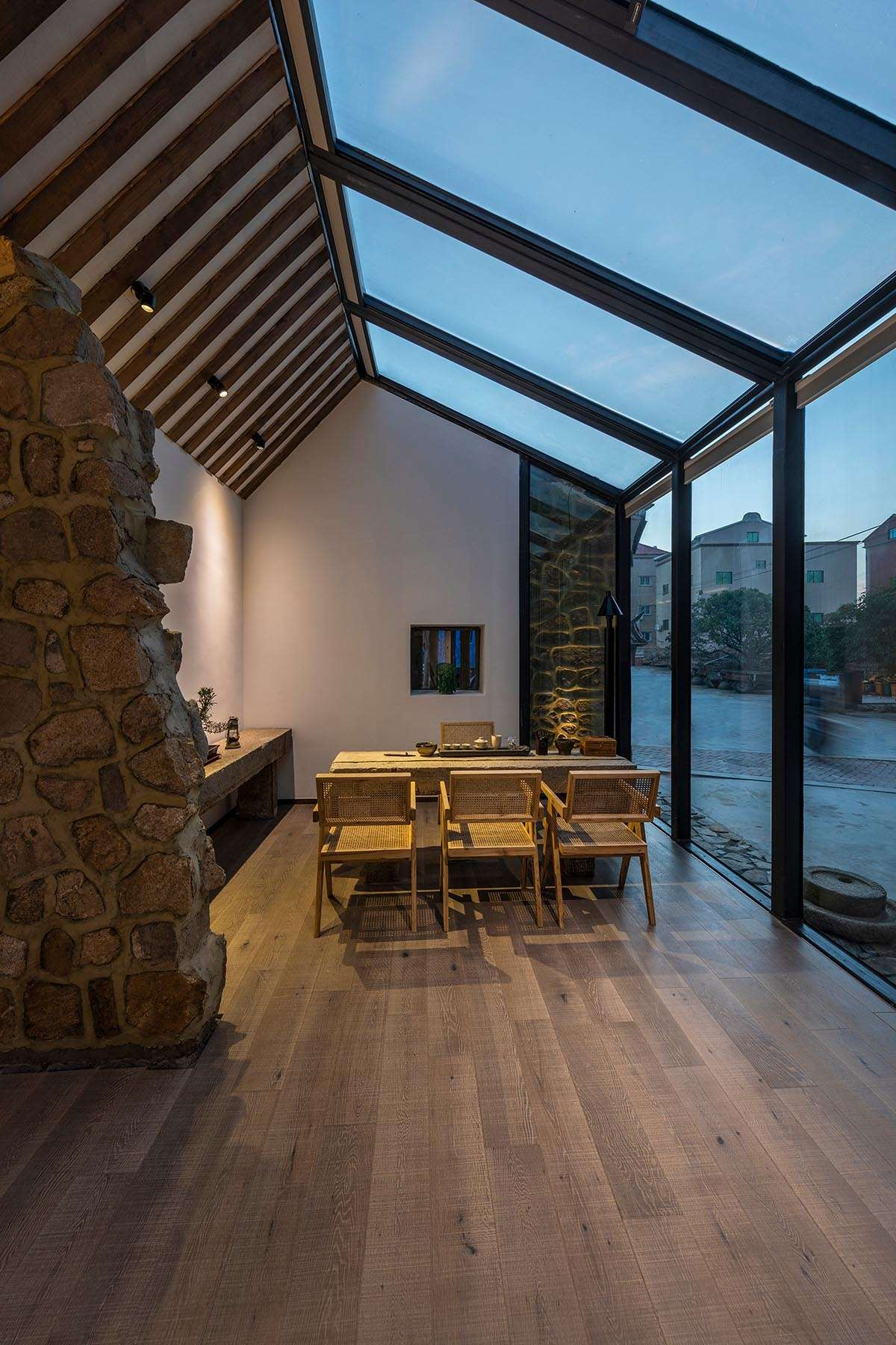 Revitalizing a traditional Chinese house using a glass facade