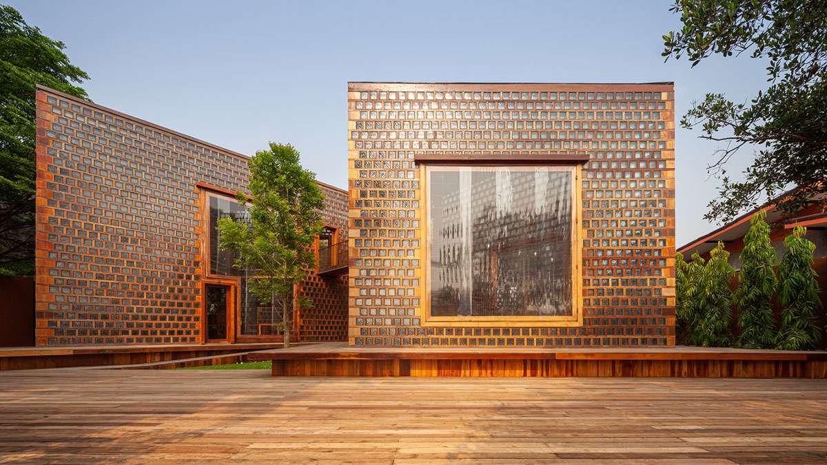 تصميم مطعم نسائي باستخدام خمس كتل زجاجية مع إطار خشبي